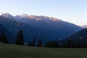 Balkon uitzicht op de bergen in de ochtend