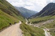 wandelaars in het dal