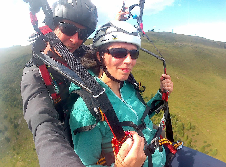 Selfie van de piloot en mij paragliding